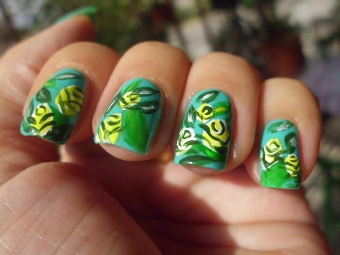 manicura verde y amarilla con flores