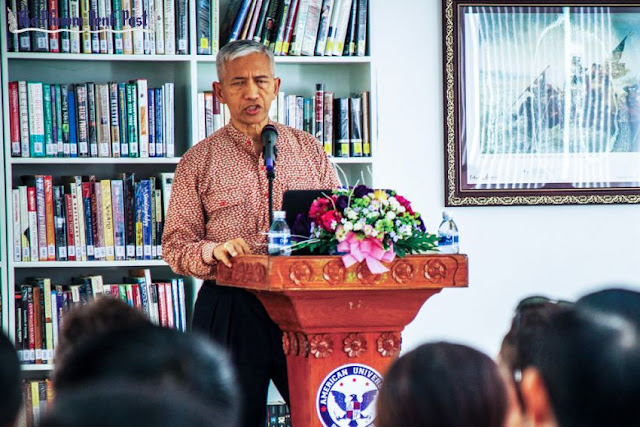 Former diplomat and author Sichan Siv speaks to students at the American University of Phnom Penh in Toul Kork in 2014. Charlotte Pert