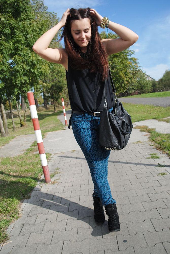 niebieskie spodnie