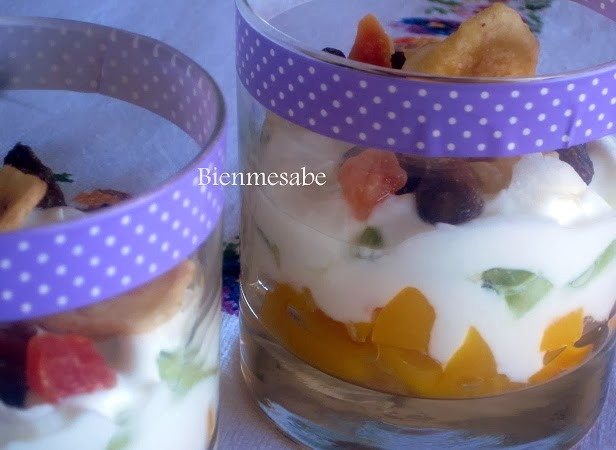vasitos de yogurt y frutas