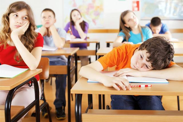 Alunos adolescentes impacientes, entediados em sala de aula de aula na escola.