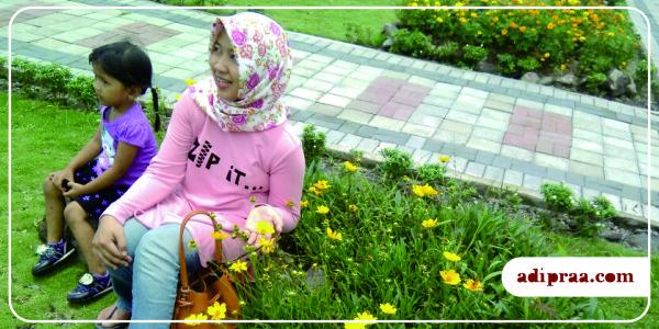 Foto bersama bunga- bunga yang bermekaran | adipraa.com