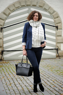 http://seaofteal.blogspot.de/2015/10/casual-business-blue-windowpane-das.html