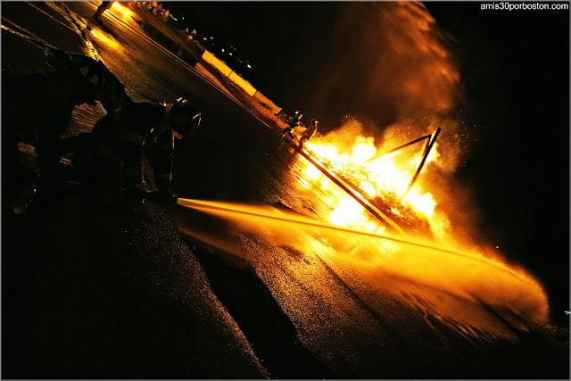 Bomberos en la Hoguera del 4 de Julio en Rockport, Massachusetts