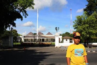 Berfoto di depan Gedung Agung Yogyakarta.