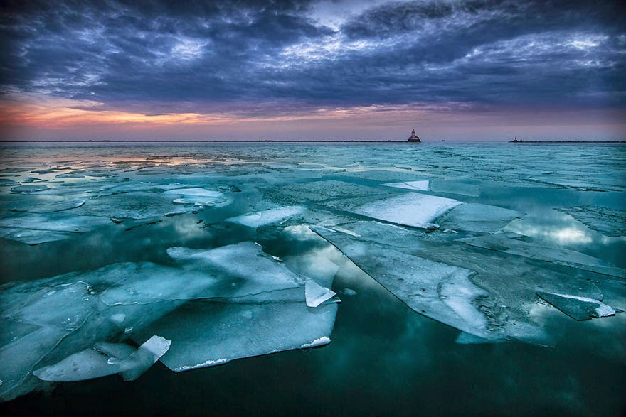 10. Lake Michigan, Located In Chicago, USA - 18 Beautiful Frozen Lakes, Oceans And Ponds That Resemble Fine Art