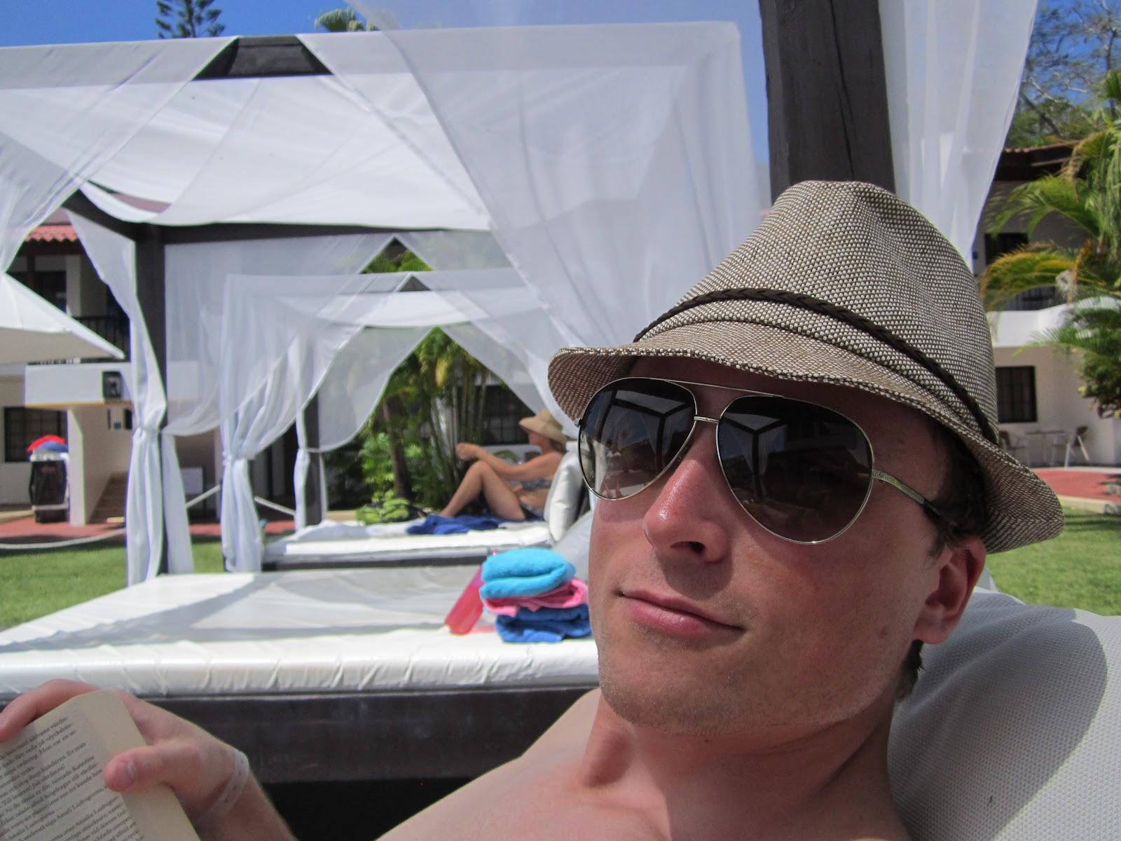 Joakim chillar i en säng vid poolen. bcd418d64695e