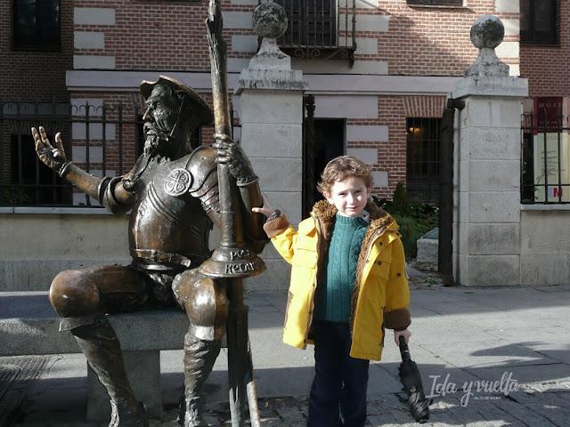 Ante la estatua de Quijote y Sancho
