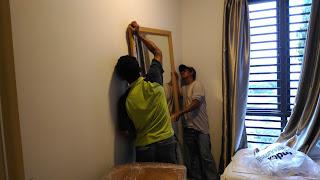 Warih Homestay : Proses Menggantung Cermin Dinding