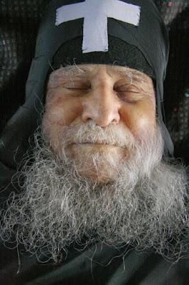 Ο σύγχρονος άγιος Ιωσήφ Βατοπεδινός (μονής Βατοπεδίου,  που έγινε διάσημη στα ΜΜΕ για λάθος λόγους), νεκρός.  Μετά την κοίμησή του στο πρόσωπό του  σχηματίστηκε το χαμόγελο