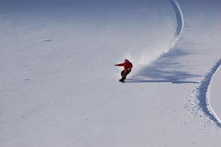 zjazd w głębokim śniegu na snowboardzie