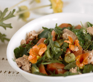 insalata con verdure erbe aromatiche e fiori