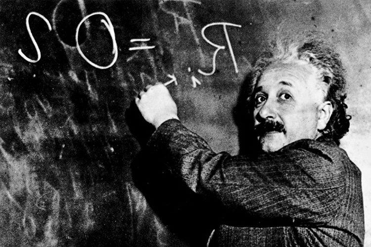 Einstein'ın düşüncelerini besleyebileceği bir işi vardı, edindiği fikirlerini bu iş yerinde geliştiriyordu.