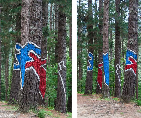 Pareja en rojo y azul del bosque de Oma de Ibarrola