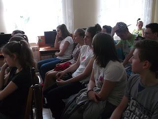 Uczniowie oglądają film edukacyjny