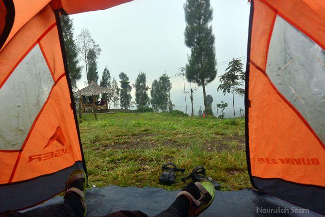 Masih pagi dan dingin, malas beranjak dari tenda