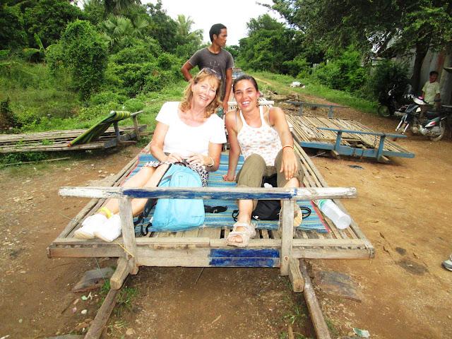 Margaret y yo en el tren de bambú en Battambang, Camboya