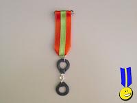 Medalla con grilletes en fimo