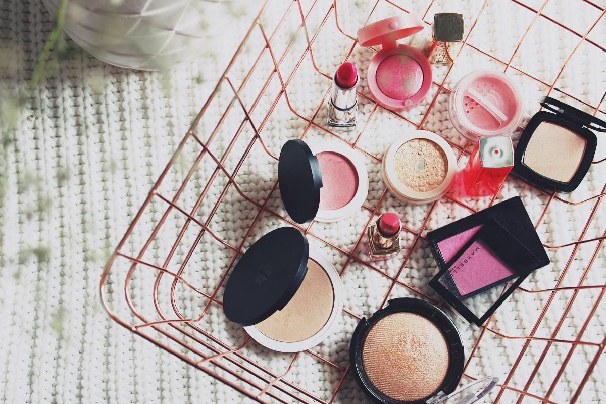 #wiosennik barwy wiosny kosmetyki do wiosennego makijażu róż rozświetlacz szminka