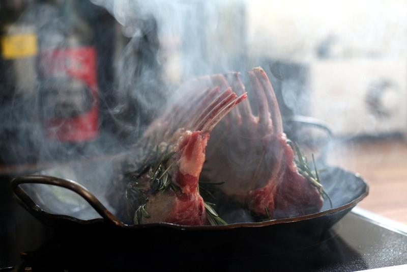 Osterrezept: Lammkarree mit vier geräucherten Pfeffern und fermentiertem schwarzen Knoblauch | Arthurs Tochter Kocht by Astrid Paul