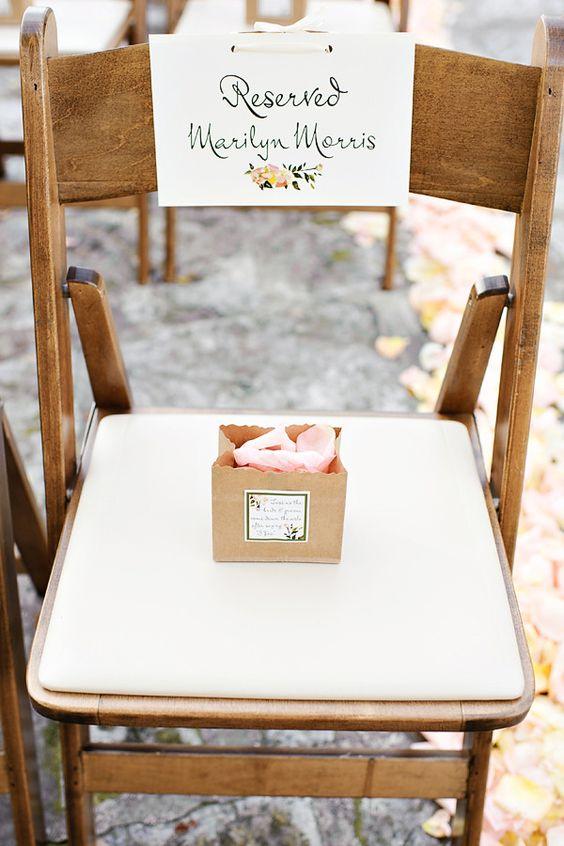 Si buscáis ideas para decorar los asientos de ceremonia, estas sillas decoradas con cartel identificador y detalles son perfectas para inspirarse.