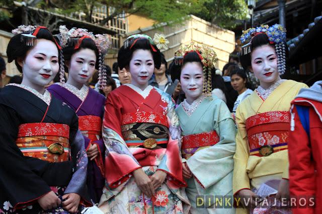 Jóvenes japonesas vestidas con el kimono tradicional japonés