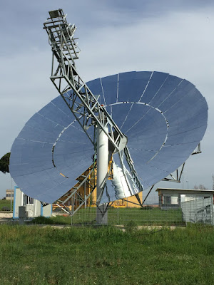 L'ENEA ha presentato il primo disco solare al mondo in grado di produrre energia elettrica, grazie all'integrazione con un'innovativa microturbina ad aria.
