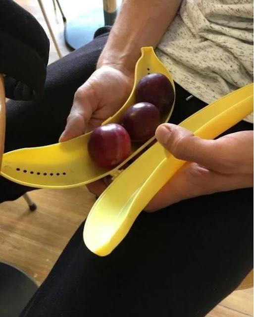 Colocar outras frutas no compartimento das bananas aproveitando o espaço