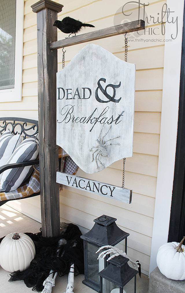 DIY Dead And Breakfast Outdoor Halloween Sign | Outdoor Halloween decor and decorations | DIY spooky Halloween decor