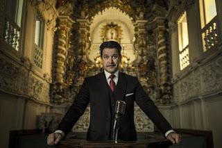 Adriano Marques Torres (Murilo Benício) é o prefeito de São Miguel. Filho, neto e bisneto de políticos, ele domina a hierarquia política, jurídica e policial da cidade
