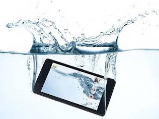 Pertolongan Pertama untuk Smartphone yang Jatuh kedalam Air