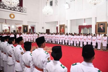 Anggota Pasukan Pengibar Bendera Pusaka (Paskibraka) mengikuti upacara pengukuhan di Istana Negara. Foto: Antara/Puspa.
