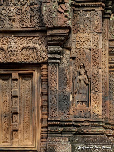 Banteay Srei, devata en puerta del primer recinto - Angkor, Camboya por El Guisante Verde Project
