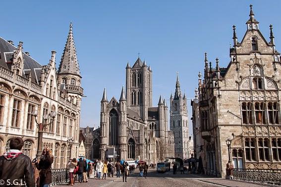 La catedral de Gante desde el puente de San Miguel en Belgica