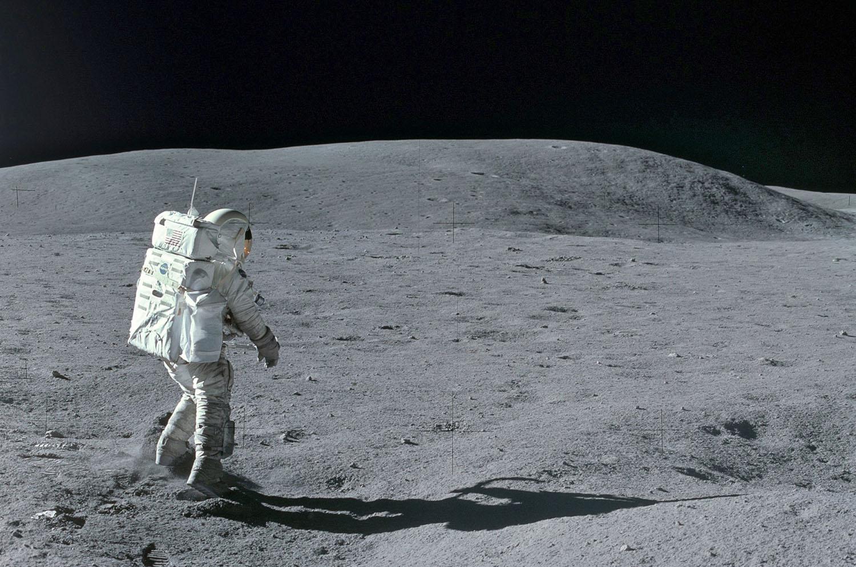 Аполло́н-16  Астронавт на Луне