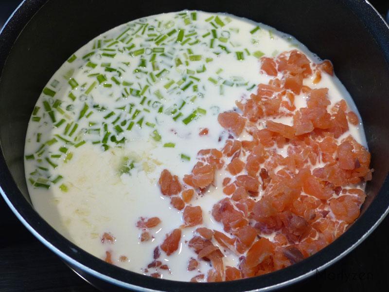 Mélangez le saumon, la crème, le jus de citron et la ciboule chinoise.