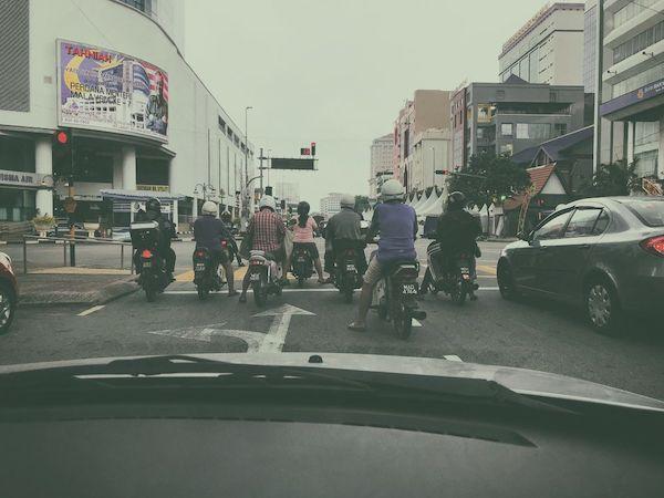 歴史地区を離れると日常の朝の通勤風景が見られるマラッカ市内