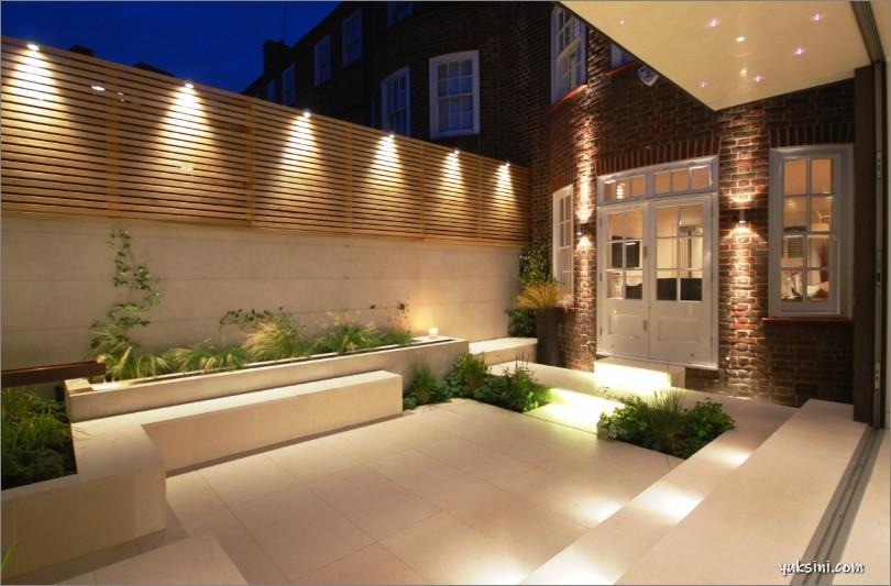Accent lighting pada bagian eksterior rumah
