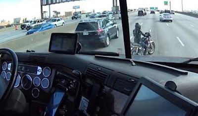 Μπράβο! στο φορτηγατζή: Σώζει μοτοσυκλετίστρια κάνοντας ασπίδα το φορτηγό του!(ΒΙΝΤΕΟ)