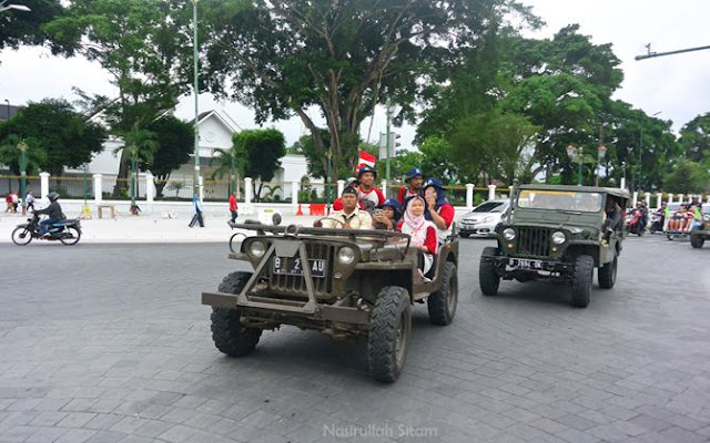 Jeep-jeep mengantarkan ke Museum Perjuangan