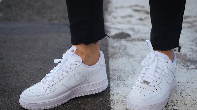 حيلة بسيطة لأعادة الحذاء الابيض كأنه جديد ! اذا كنت تعاني من اتساخ الحذاء الابيض فاليك الحل السريع..