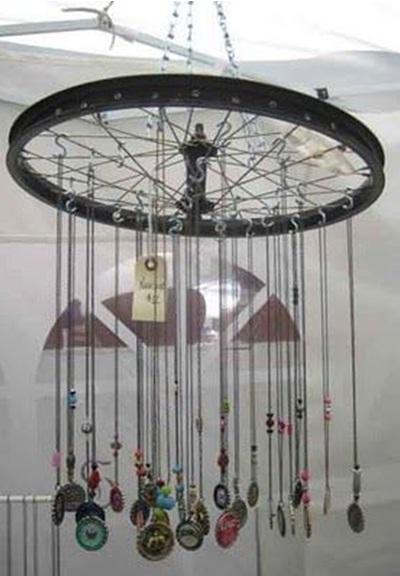 Hiasan gantung atau lonceng angin terbuat dari roda sepeda dan barang bekas