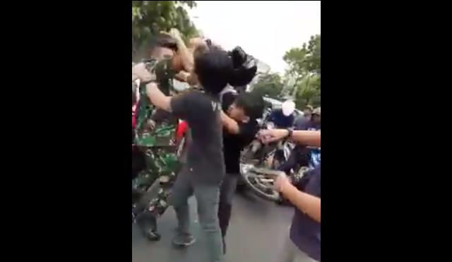 Permuda Bermobil Mazda Merah Adu Jotos dengan Anggota TNI, Penyulutnya Buang Sampah Sembarangan