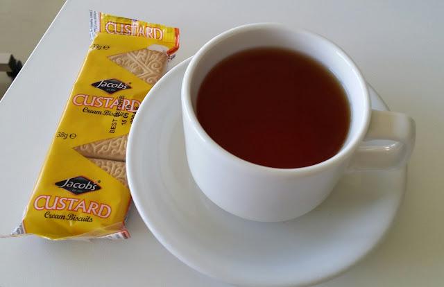 teekuppi, valkoinen kuppi, keksi, custard
