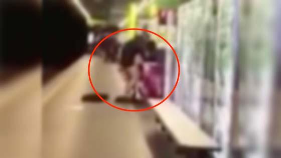 Pasangan Gila Seks Beraksi di Stesen Komuter