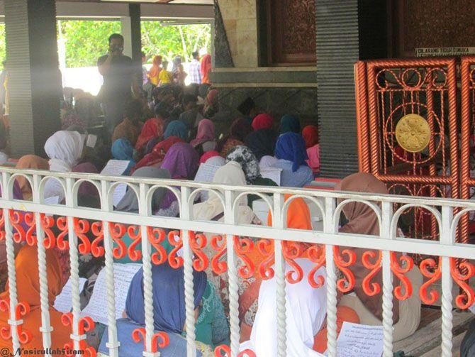 Para penziarah di makam Kadilangu, Demak