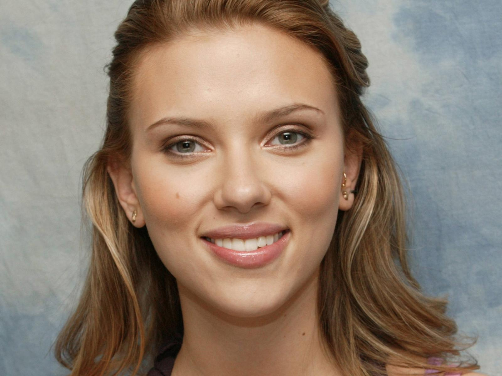 Scarlett Johansson Wallpaper: Scarlett Johansson-Beautiful Eyes Wallpaper