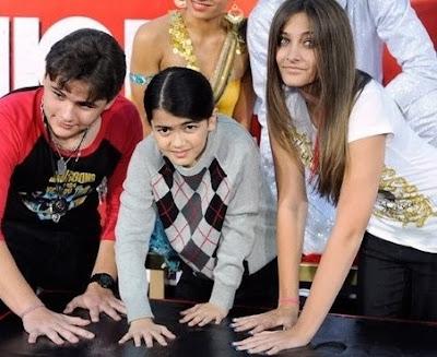 Foto de hijos de Michael Jackson posando al colocar sus huellas en Hollywood
