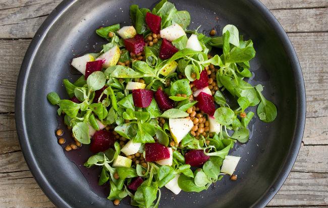 Un piatto di verdure e legumi biologici