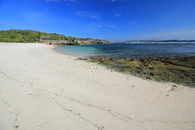 Pasir putih memanjang di pantai Boa